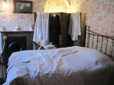 bedroom at DH Lawrence museum - photo by Juliamaud